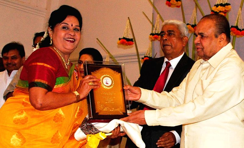Maharashtra Governor K Sankaranarayanan felicitates artist Nayana Apte Joshi on Maharashtra Day at Raj Bhavan in Mumbai on May 1, 2014. - Nayana Apte Joshi