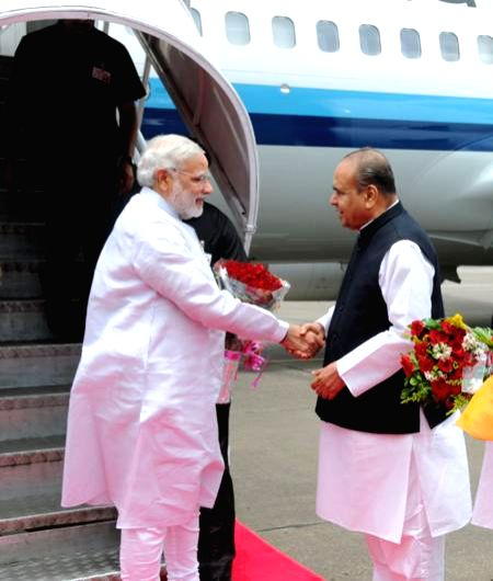 Maharashtra Governor K Sankaranarayanan receives Prime Minister Narendra Modi at Mumbai's CSIA Airport on July 21, 2014. - Narendra Modi