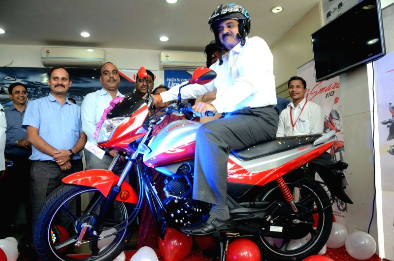 Maharashtra Transport Minister Diwakar Raote unveils Hero Splendor iSmart 110 in Mumbai on July 27, 2016. - Diwakar Raote