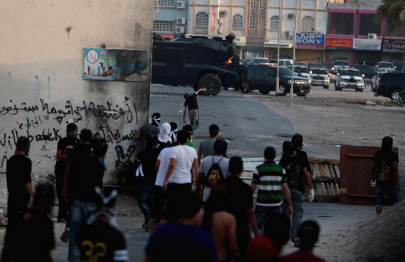 Bahraini anti-government protesters clash with riot police in Meqsha, west of Manama, Bahrain, on April 25, 2014.