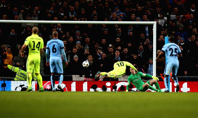 Lionel Messi (C) of Barcelona heads for the ball after Manchester city goalie Joe Hart (2nd R) having saved the penalty during the UEFA Champions League Round of ...