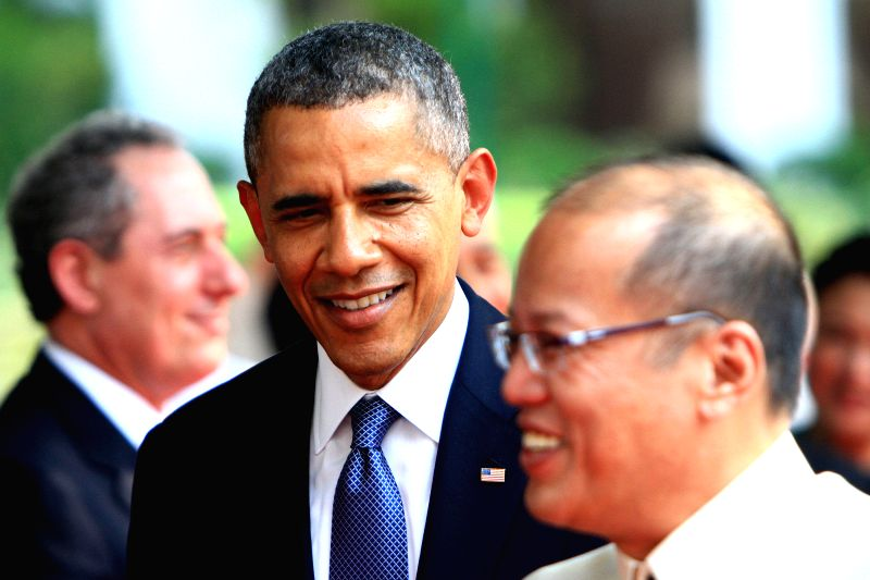 U.S. President Barack Obama (C) and Philippine President Benigno Aquino III (R) attend an arrival ceremony at the presidential palace in Manila, the Philippines, ...