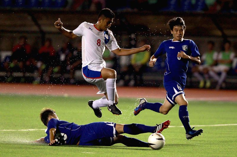 Curt Jordan Dizon of the Philippines (C) vies with Chen Shan-Fu and Lee Chun-Chia of Chinese Taipei during the PFF Peace Cup in Manila, capital of the Philippines, ..