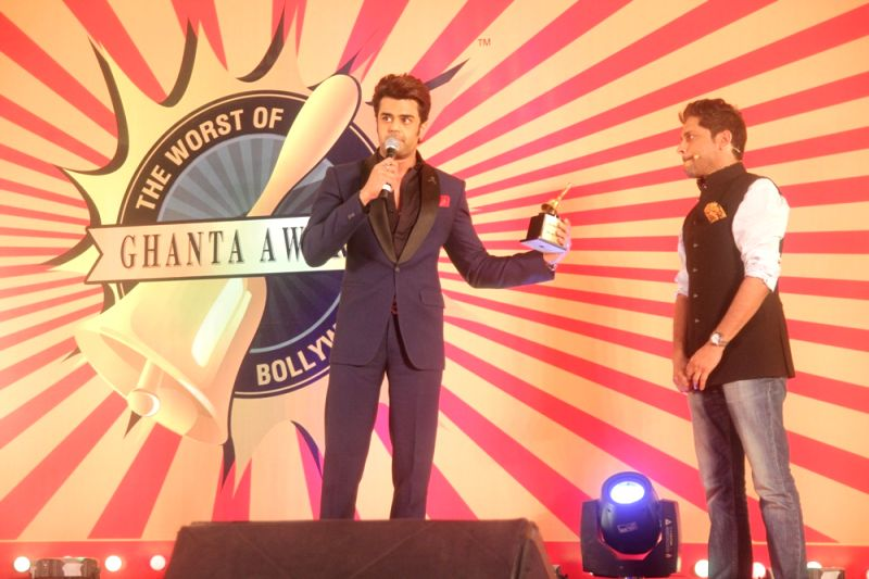 Manish Paul receiving the Ghanta Award at JW Marriott Mumbai Sahar