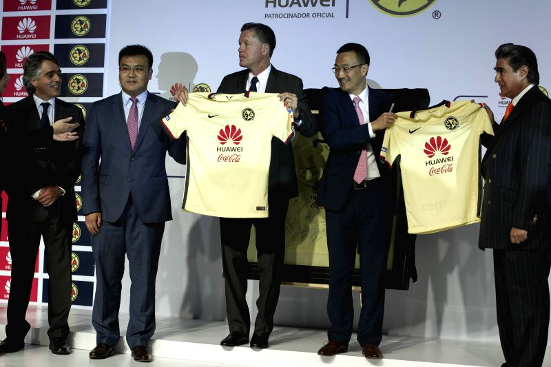 Mark Xue (2nd R), General Director of Huawei Mexico, Ricardo Pelaez (C), Sporting President of America Football Club Jose Romano (L), President of America ...