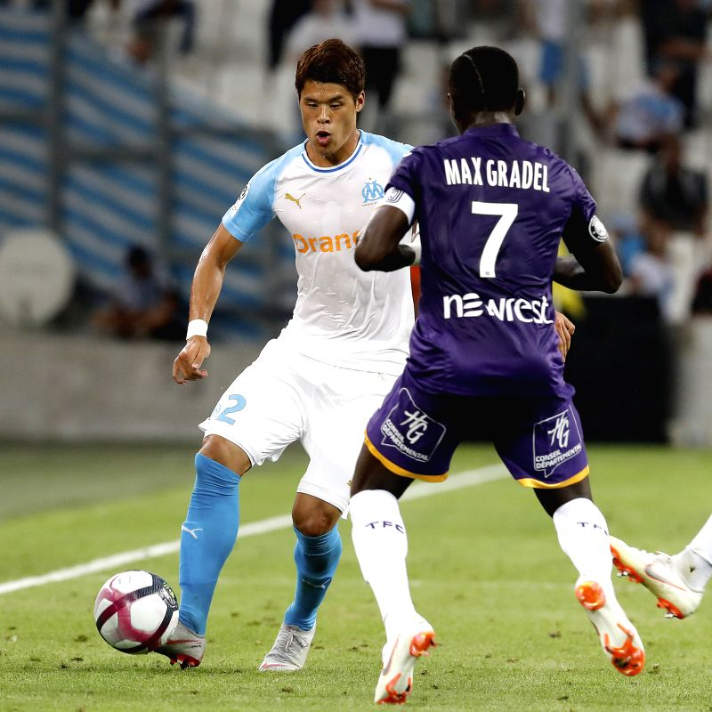 MARSEILLE, Aug. 11, 2018 - Hiroki Sakai (L) of Marseille vies with Max-Alain Gradel of Toulouse during the French Ligue 1 football match 2018-19 season 1st round in Marseille, France on Aug. 10, ...