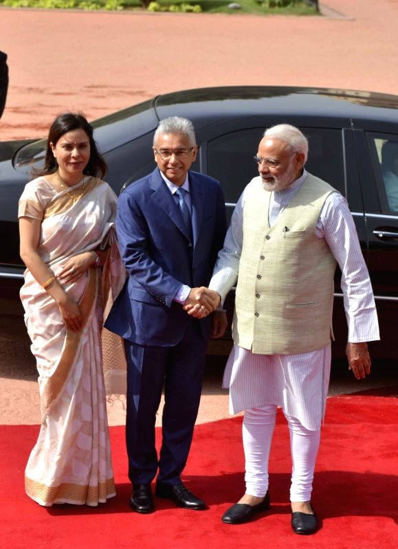 Mauritius Prime Minister Pravind Kumar Jugnauth being received by Prime Minister Narendra Modi at the Ceremonial Reception organised for Mauritius Prime Minister Pravind Kumar Jugnauth at ... - Pravind Kumar Jugnauth and Narendra Modi