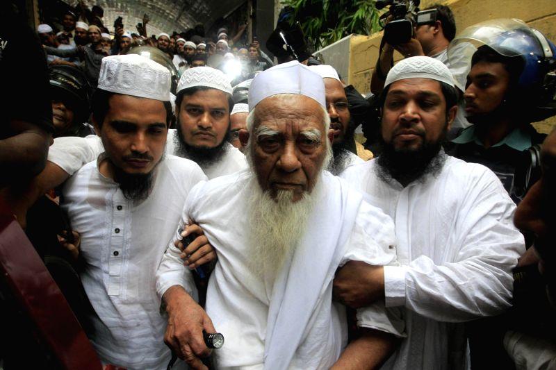 May 6, 2013 - Dhaka, Bangladesh - Bangladeshi Police escort Hefajat-e-Islam movement veteran leaser Allama Shah Ahmad Shafi  (c) from a madrassa in Dhaka on May 6, 2013. An Islamist leader who ...
