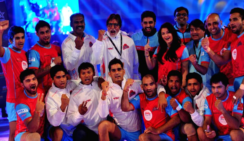 Megastar Amitabh Bachchan, Abhishek Bachchan and Aishwarya Rai Bachchan with their Pro Kabaddi League team Jaipur Pink Panthers at Sawai Mansingh Stadium  in Jaipur on Aug. 23, 2014. - Aishwarya Rai Bachchan, Megastar Amitabh Bachchan and Abhishek Bachchan