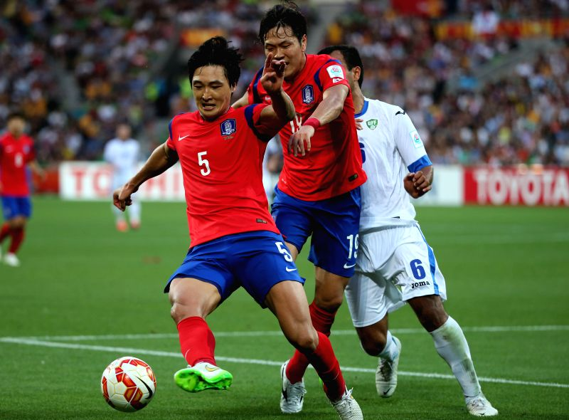 South Korea's Kwak Taehwi (L) and Kim Young Gwon fight for the ball during the quarterfinal match against Uzbekistan at the 2015 AFC Asian Cup in Melbourne, ...