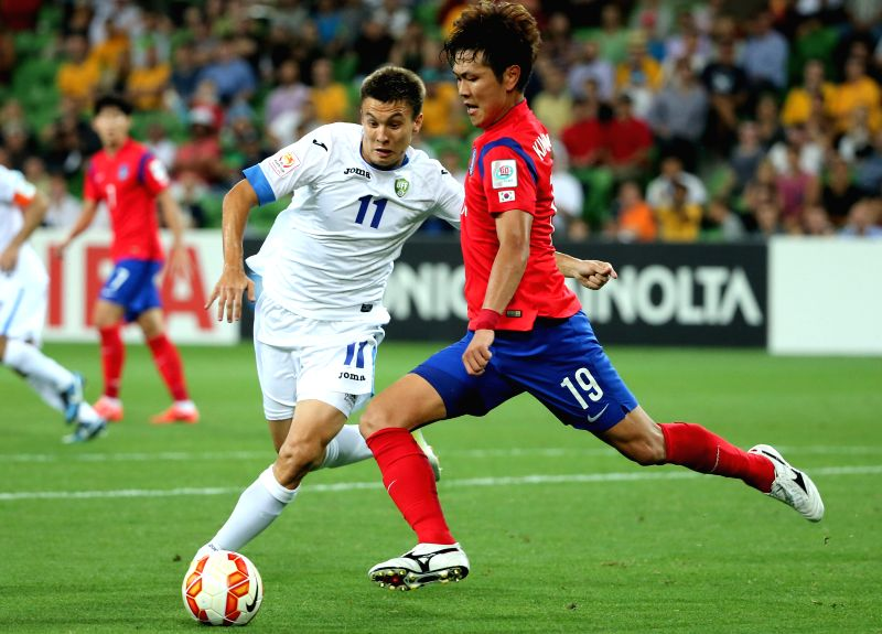 South Korea's Kim Young Gwon (R) fights for the ball with Uzbekistan's Igor Sergeev during the quarterfinal match at the 2015 AFC Asian Cup in Melbourne, ...