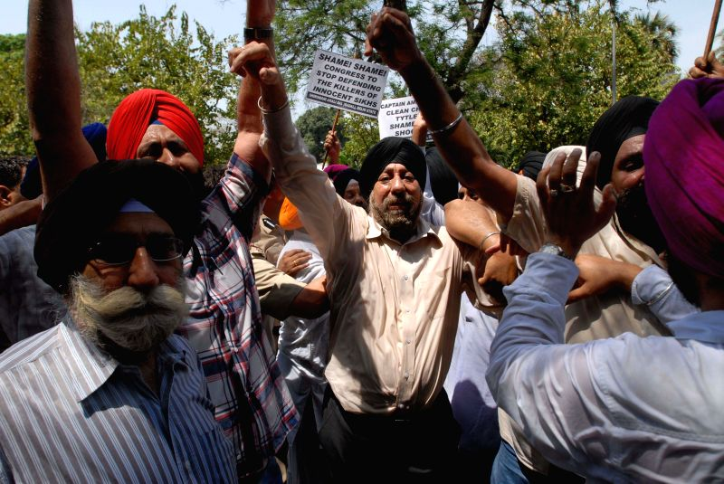 Members of the Delhi Sikh Gurudwara Prabandak Committee and Siromoni Akali Dal workers demonstrate in front of the residence of Congress President Sonia Gandhi against Jagdish Tytler being given a ... - Amarinder Singh