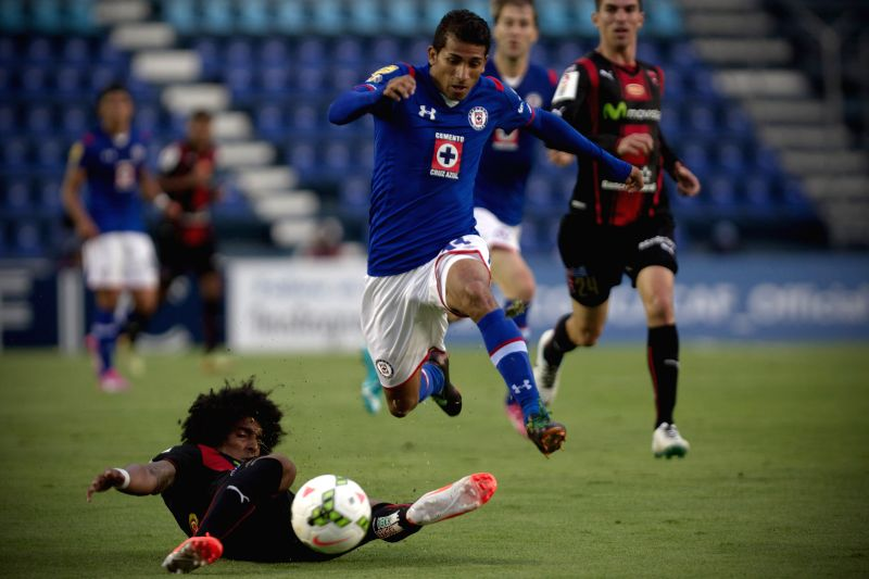 Joao Rojas (L), of Mexico's Cruz Azul, vies for the ball with Porfirio Lopez (R), of Costa Rica's Alajuelense, during a match of groups first phase of CONCACAF's
