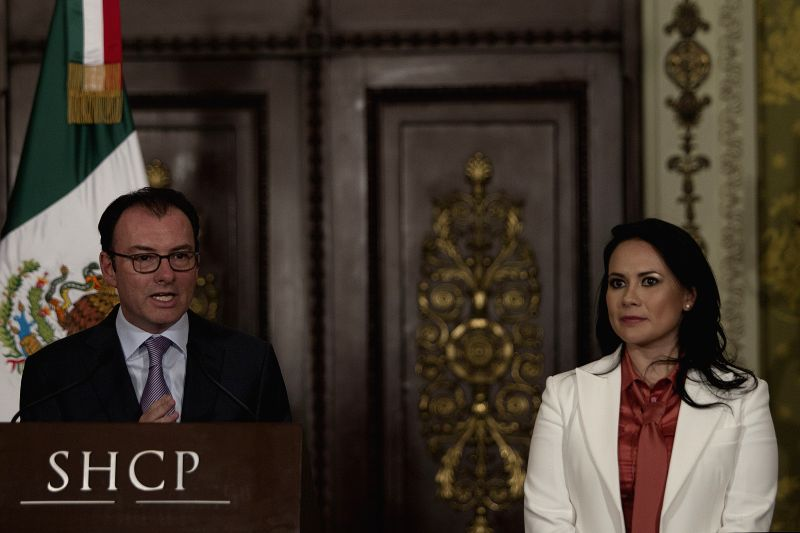 Mexico's Finance Minister Luis Videgaray (L), delivers a speech during the nomination of Alejandra del Moral (R) as the new director of the National Savings and . - Luis Videgaray