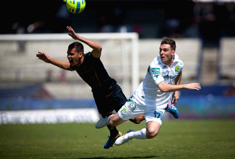 Pumas de la UNAM's Gerardo Alcoba (L) vies with Leon's Mauro Boselli at the Closing Tournament 2015 of MX League in Mexico City, capital of Mexico, on Feb. 8, ...