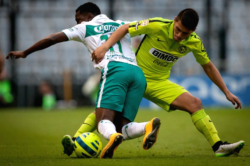 America's Paul Aguilar (R) vies with Leon's Marcos Caicedo during the match corresponding to the Day 1 of the Closing Tournament 2015 of MX League in the Azteca