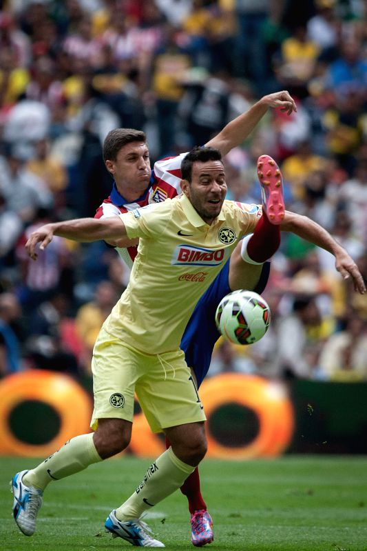 America's Luis Gabriel Rey (L) vies for the ball during the match of the EuroAmerican Cup against Atletico de Madrid held at Azteca Stadium in Mexico City, ...