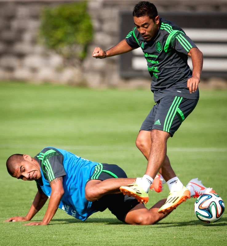 Carlos Salcido (L) and Marco Fabian from Mexico's national soccer team take part in a training session, in Mexico City, capital of Mexico, on May 14, 2014.