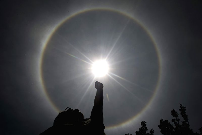 Photo taken on May 21, 2015 shows the general view of a solar halo in Mexico City, capital of Mexico. (Xinhua/Alejandro Ayala)