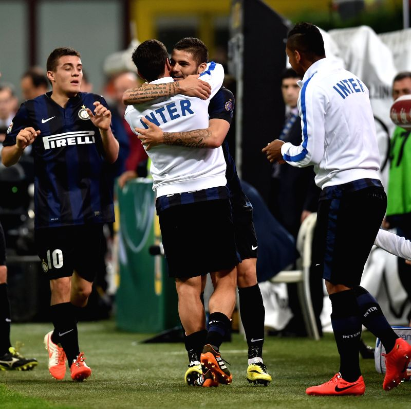 Inter Milan's Mauro Icardi (R) embraces Javier Zanetti for scoring during the Italian Serie A soccer match against Lazio in Milan, Italy, May 10, 2014. Inter Milan won
