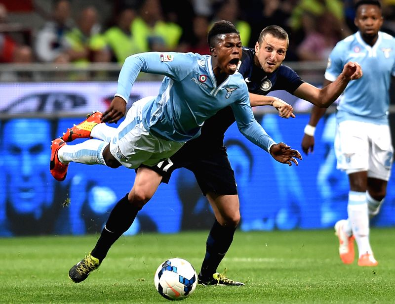 Inter Milan's Zdravko Kuzmannovic(R) vies against Lazio's Balde Diao Keita during their Italian Serie A soccer match in Milan, Italy, May 10, 2014. Inter Milan won ...