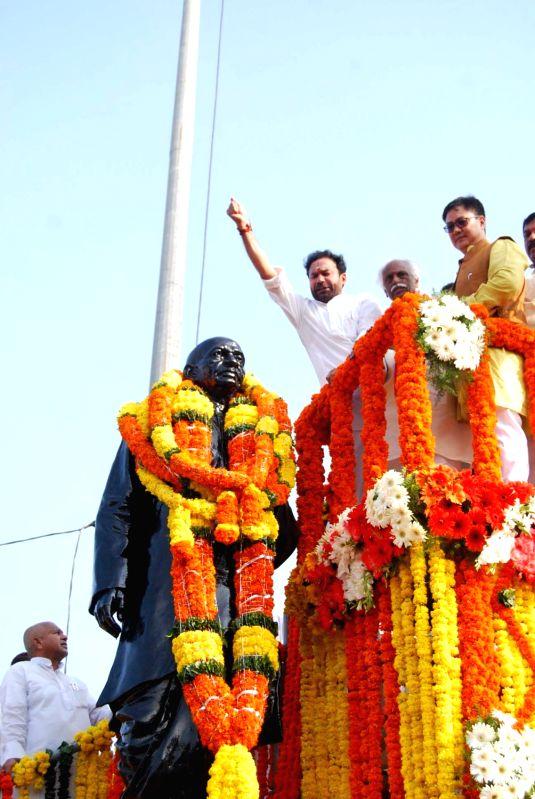 Minister of State for Home Affairs, Kiren Rijiju garlands the statue of Sardar Vallabhbhai Patel on the occasion of Rashtriya Ekta Diwas, in Hyderabad on Oct 31, 2015. Also seen the ... - Sardar Vallabhbhai Patel
