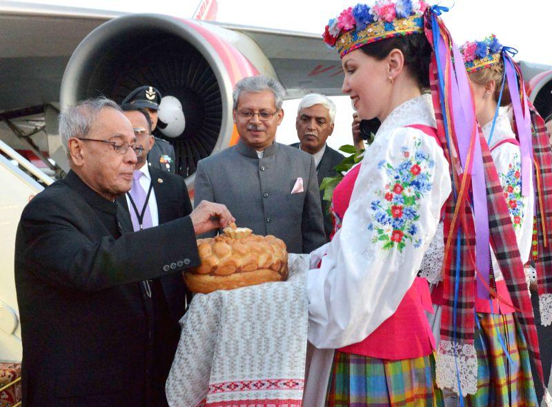 Minsk (Belarus): President Pranab Mukherjee being welcomed at Minsk International Airport in Belarus on June 2, 2015. - Pranab Mukherjee