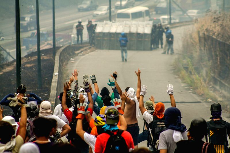Students clash with the Bolivarian National Guard (GNB, for its acronym in Spanish) and the Bolivarian National Police (PNB, for its acronym in Spanish), during an ...