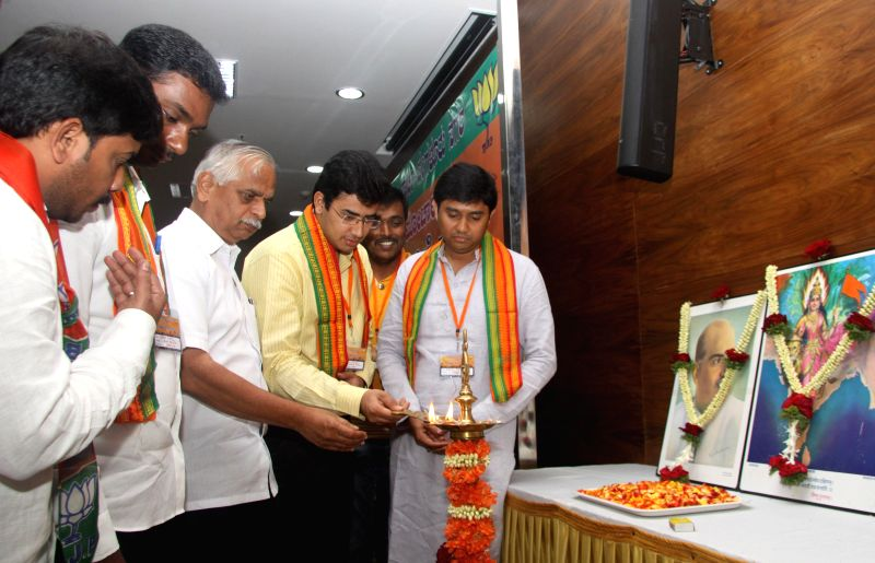 MLA BN Vijaya Kumar with Youth Wing Leaders Saptagiri Gowda, Anil Ranganna, Tejaswi and Raghavendra lighting lamp to inaugurate the BJP Youth Wing Executive Committee Meeting at Jagannath Bhavan, in . - Vijaya Kumar