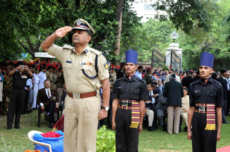 MN Reddy, Bangalore City Police Commissioner laid wreath and paying homage to the martyrs of Kargil conflict to mark the 15th Kargil Diwas Day at Rashtriya Sainik Smaraka, Indira Gandhi Musical ...
