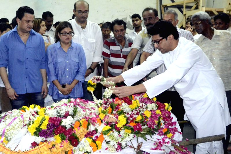 MNS chief Raj Thackeray pays his last respect to actress Smita Talvalkar who passed away at 2.30 a.m in a Mumbai hospital on Aug 6, 2014. Talvalkar was suffering from ovarian cancer. - Smita Talvalkar