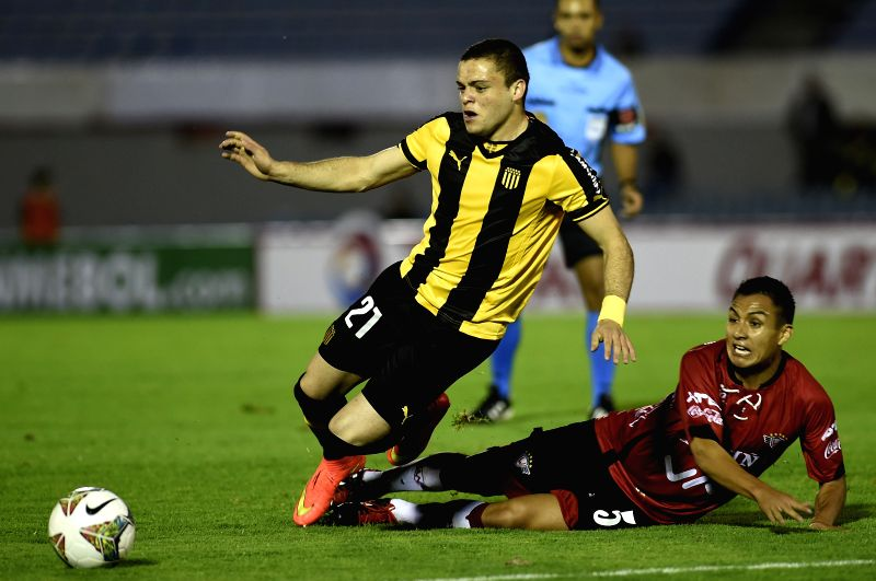 Jonathan Rodriguez (L) of Uruguay's Penarol vies for the ball with Christian Vargas (R) of Bolivia's Wilstermann during the match of the South American Cup in ...