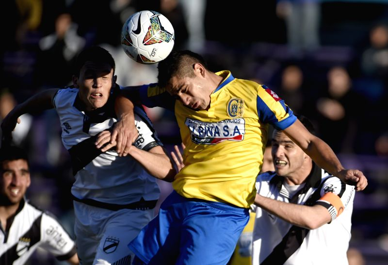 Federico Ricca (L) of Uruguay's Dabubio vies for the ball with Derlis Ortiz of Paraguay's Deportivo Capiata during the Copa Sudamericana match at Luis Franzini ..