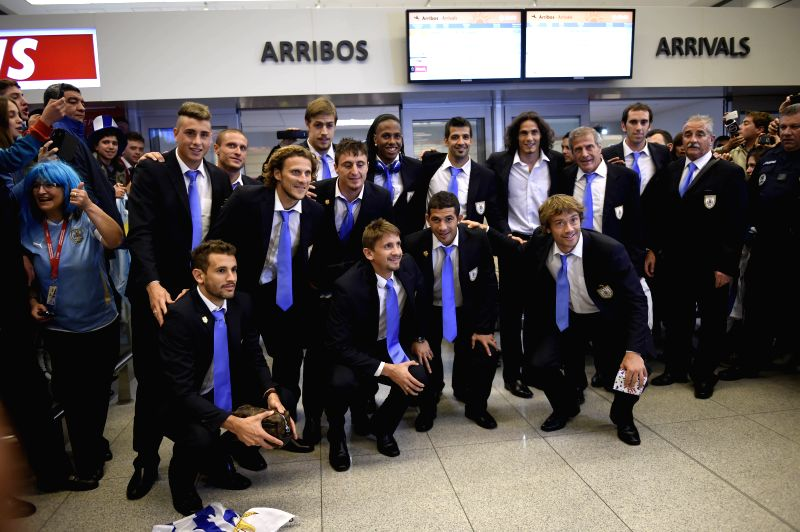 Uruguay's national team players pose after arriving to Carrasco International Airport in Montevideo, Uruguay on June 29, 2014. Uruguay's national team arrived to