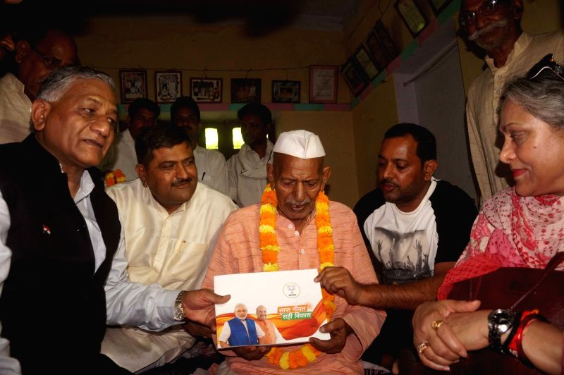 "MoS Defence V.K. Singh meets Bhojpuri singer Hiralal Yadav as part of BJP's ""Sampark for Samarthan"" initiative, in Varanasi on June 9, 2018. - K. Singh and Hiralal Yadav"