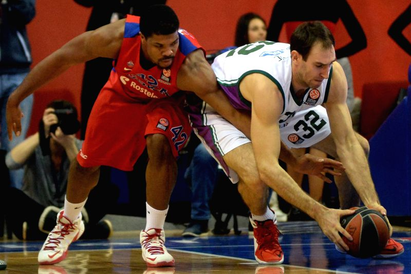 Kyle Hines (L) of Russia's CSKA Moscow vies with Vladimir Golubovich of Spain's Unicaja Malaga during the Basketball Euroleague match in Moscow, Russia, on Jan. 22, .