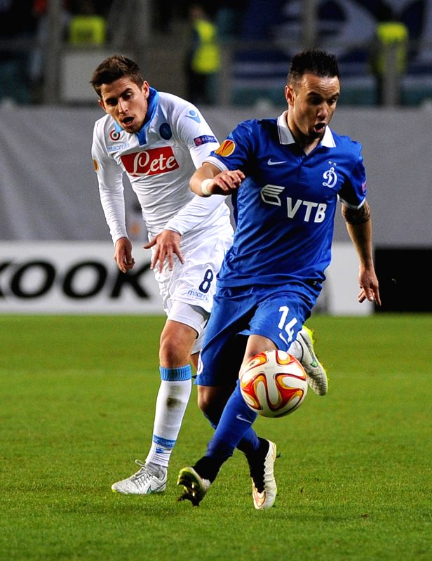 Jorginho (L) of Napoli vies with Mathieu Valbuena of Dinamo during a UEFA Europa League round of 16 second leg match in Khimki, Russia, March 19, 2015. The match ...