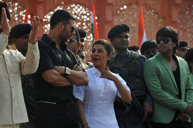 Actor Akshay Kumar and M S Bitta, Chairman, All-India Anti-Terrorist Front participate in a peace rally to commemorate the 26/11 martyrs in Mumbai, on November 23, 2014. - Akshay Kumar