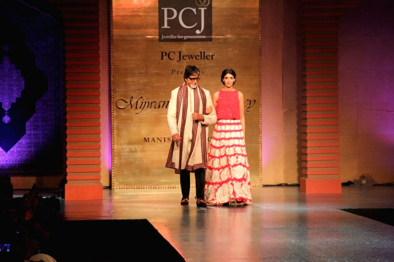 Actor Amitabh Bachchan along with his daughter Shweta Bachchan Nanda during Manish Malhotra's fashion show in Mumbai, on April 4, 2015, held to support actor Shabana Azmi`s cause of the ... - Amitabh Bachchan, Shweta Bachchan Nanda and Manish Malhotra