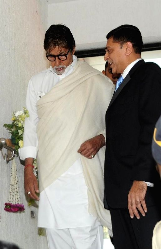 Actor Amitabh Bachchan and Dr.Himanshu Mehta (Ophthalmic Surgeon) during the launch of eye care LenSx femtosecond laser, at the vision centre in Mumbai on Jan 21, 2015. - Amitabh Bachchan and Himanshu Mehta