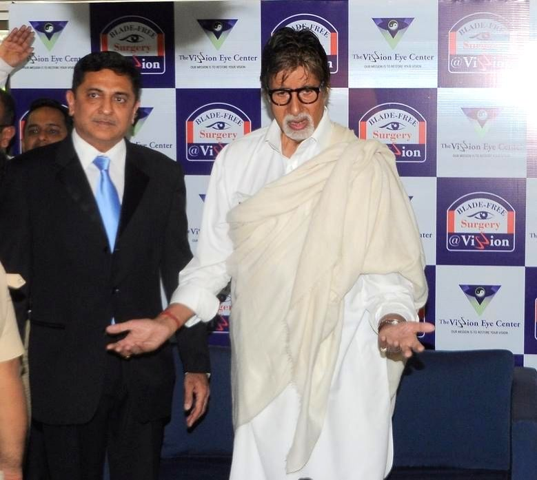 Actor Amitabh Bachchan and Dr.Himanshu Mehta during the launch of eye care LenSx femtosecond laser, at the vision centre in Mumbai on Jan 21, 2015. - Amitabh Bachchan and Himanshu Mehta