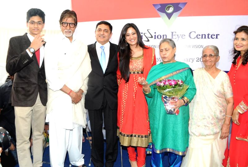 Actor Amitabh Bachchan and his wifeJaya Bachchan with Dr.Himanshu Mehta during the launch of eye care LenSx femtosecond laser, at the vision centre in Mumbai on Jan 21, 2015. - Amitabh Bachchan and Himanshu Mehta