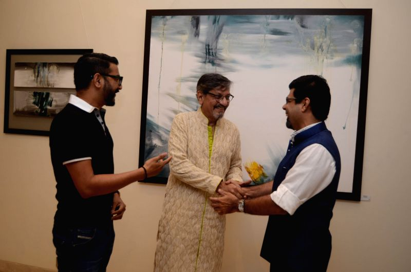 Actor Amol Palekar with artists Sunil Padwal (L) and Arzan Khambatta (R) during his painting exhibition, in Mumbai on Nov 25, 2014.