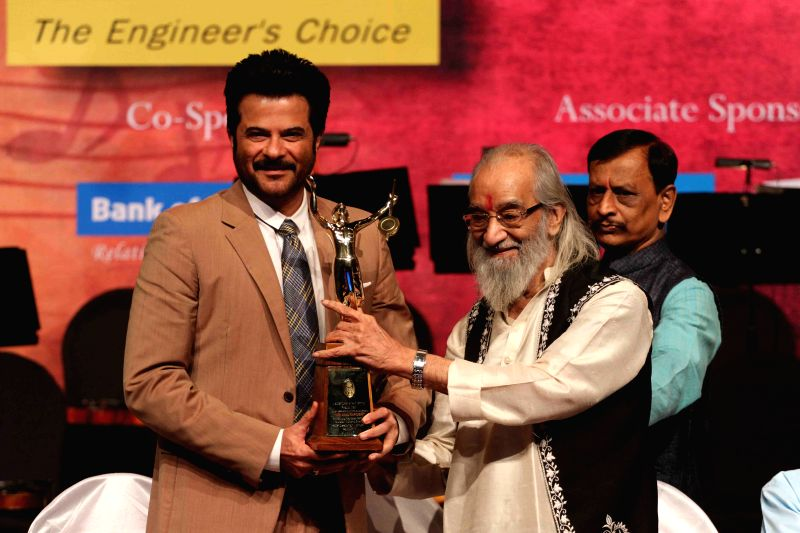 Actor Anil Kapoor receive Master Dinanath Mangeshkar Awards from Historian Babasaheb Purandare in Mumbai on April 24, 2015. - Anil Kapoor