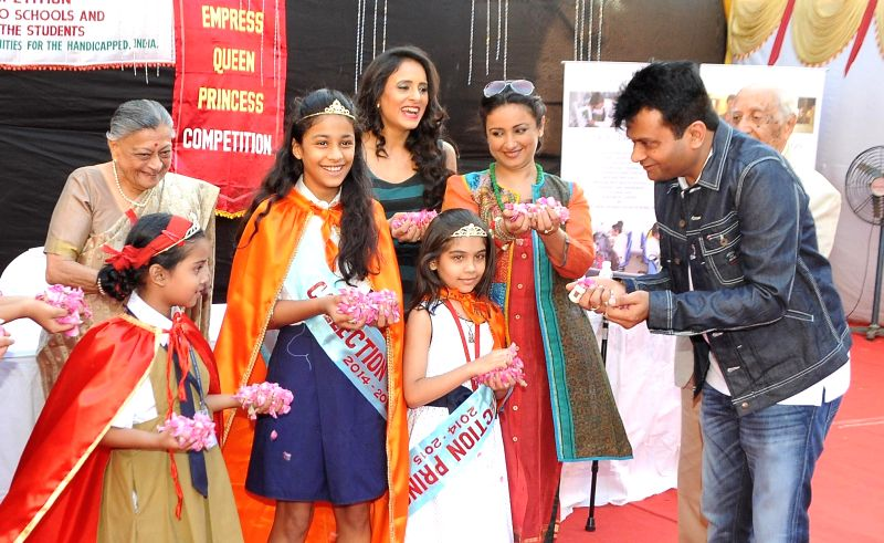 Actor Divya Dutta and television actor Shweta Khanduri during the awareness about eco-friendly Holi with eco-friendly colours organised by NASEOH (National Society for Equal Opportunities for ... - Divya Dutta