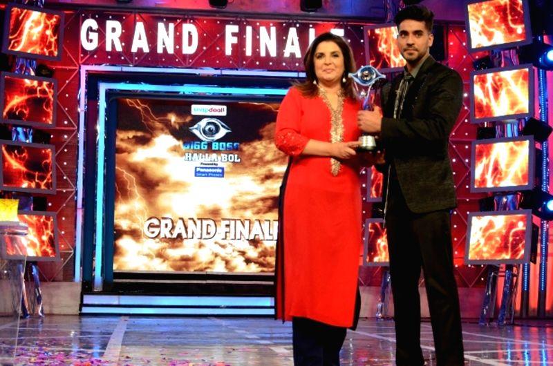 Actor Gautam Gulati winner of  Bigg Boss Season 8 and host Farah Khan on Jan. 31, 2015. - Gautam Gulati and Farah Khan