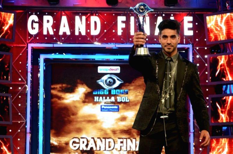 Actor Gautam Gulati winner of Bigg Boss Season 8 with the trophy on Jan. 31, 2015. - Gautam Gulati