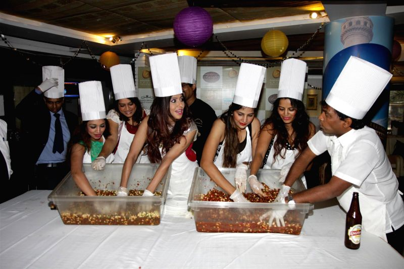 Actor Marisa Verma, Gujarati film actor Ekta Jain, singer Tinaa Ghaai, South Indian film actor Tanisha Singh, actor Meghna Patel and comedian Sunil Pal during the Cake Mixing event, Mumbai on - Marisa Verma, Ekta Jain, Tanisha Singh and Meghna Patel