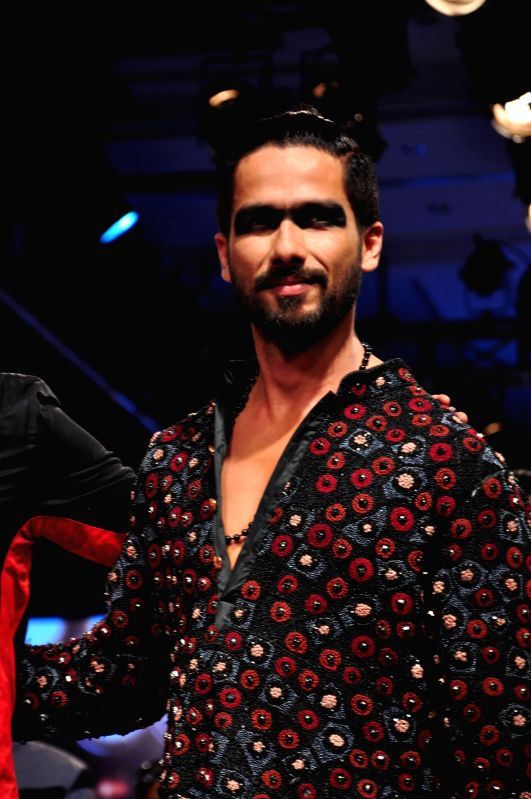 Actor Shahid Kapoor designer Kunal Rawal show at the Lakme Fashion Week Summer/Resort 2015 in Mumbai on March 21, 2015 - Shahid Kapoor