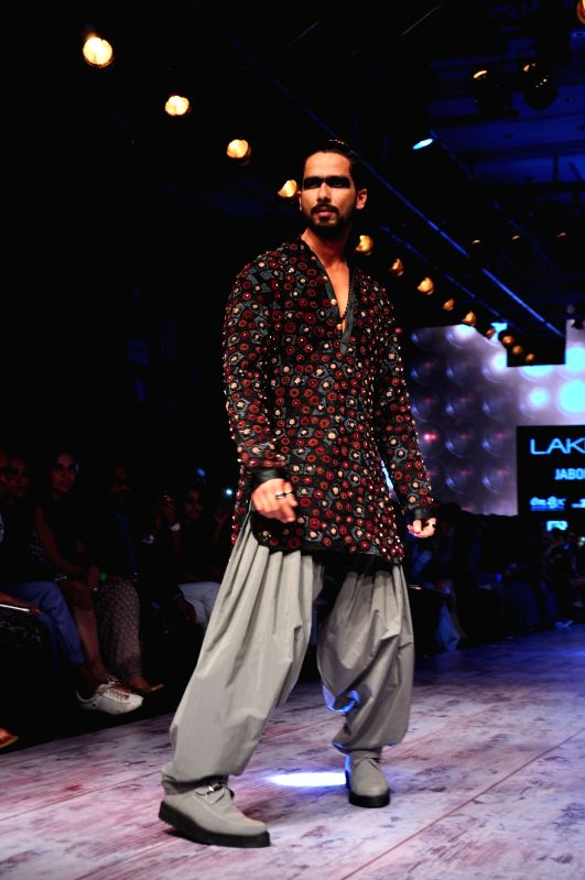 Actor  Shahid Kapoor walk the ramp for designer Kunal Rawal show at the Lakme Fashion Week Summer/Resort 2015 in Mumbai on March 21, 2015 - Shahid Kapoor